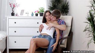 Латексный пенис в заднице возбуждает красивую веб шлюху