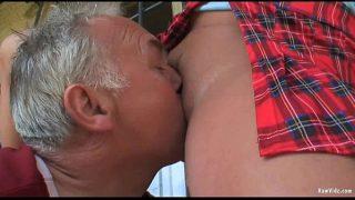 Мужчина позволил другу подсматривать за собственной телкой ради последующей содомии