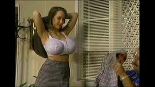 Российский молодой человек раскрывает тайну заднеприводной блондиночки в анально-вагинальном еблях