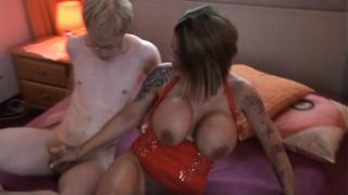 Сексуально раскрепощенная девушка сольно возбуждает себя любимую до сквирт оргазма длинным резиновый член